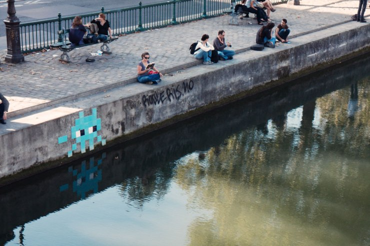 Space-Invader-@-Canal-Saint-Martin-in-the-10e---raw10