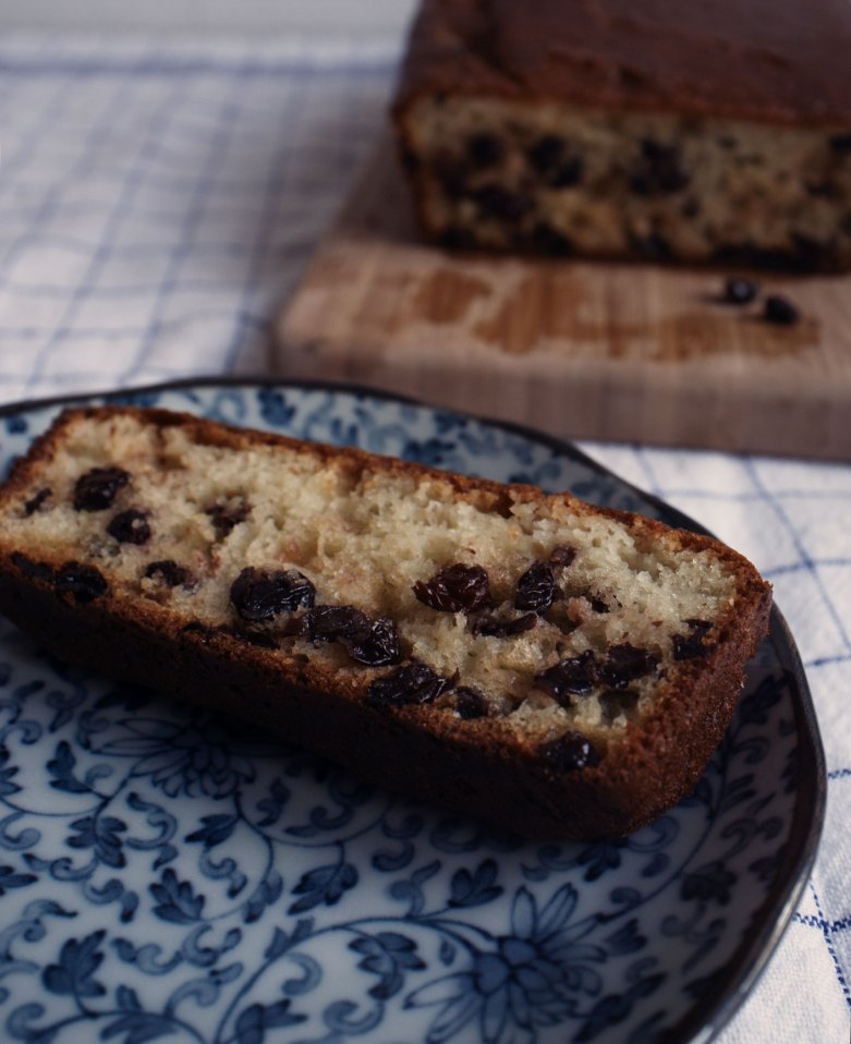 Lemony yogurt raisin cake