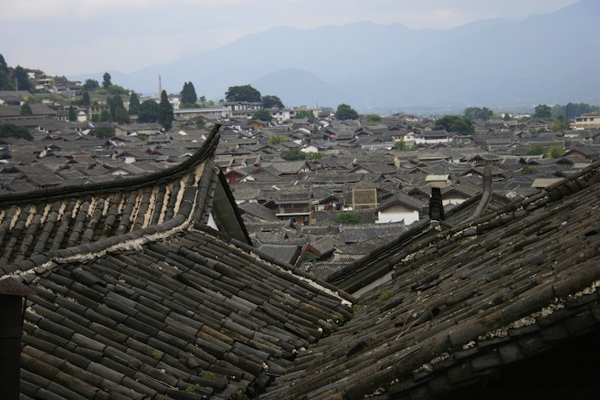 Dayan Old Town 大研古镇: Curved rooftops