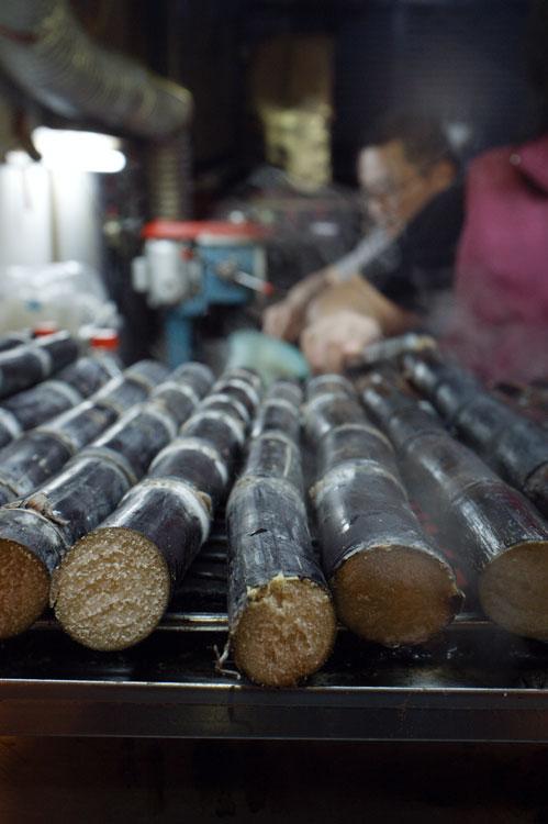 Night market 臨江夜市(通化夜市)04 - grilled sugarcane 烤甘蔗汁