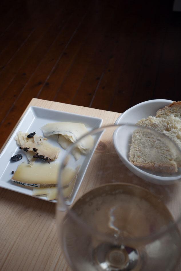 Comté du Jura, Tome au Marc, Morbier + pain au maïs + Marqués de Riscal vin blanc