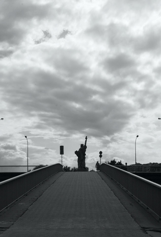 Statue de la Libertié à l'Île aux Cygnes, pont de Grenellep50bw