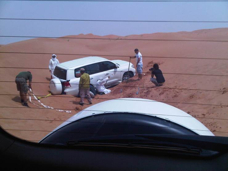 07142010 - Ras Al Khaimah - rescuing the land cruiser in the sand dunes3