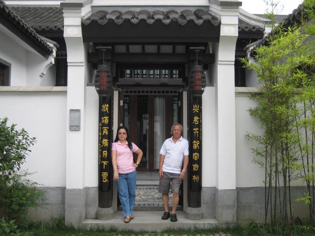 BT-Hangzhou---Presidential-Villa---at-the-entrance,-posing!