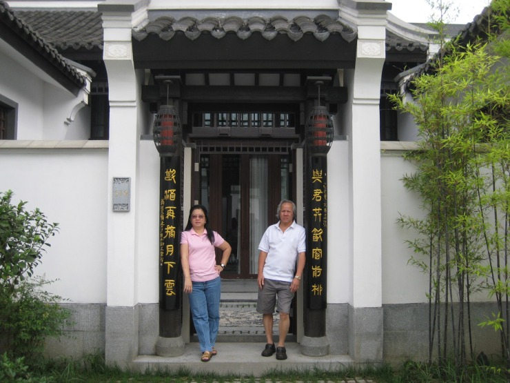 BT-Hangzhou---Presidential-Villa---at-the-entrance,-posing!