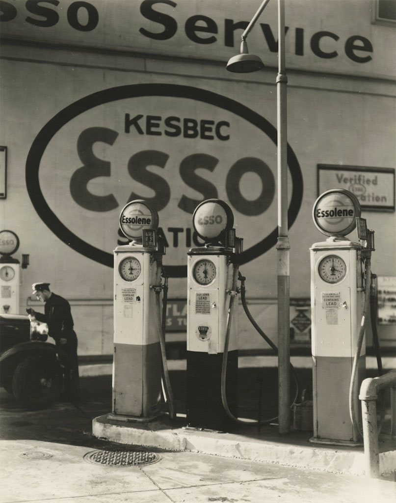 Berenice Abbott - Esso gasoline station 10 ave